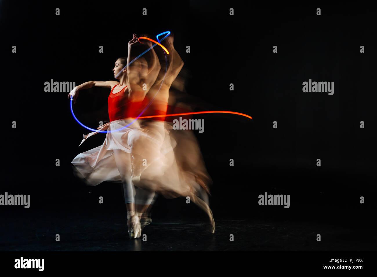Professional ballerina elegante eseguendo sulla strana Immagini Stock