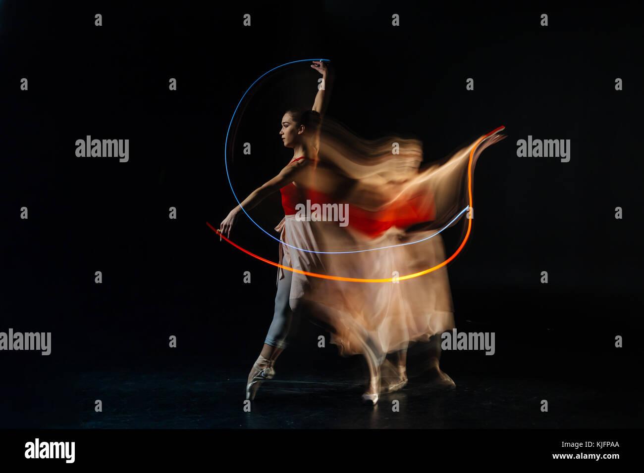 Gravi e costruito la ballerina la pratica dei suoi movimenti Immagini Stock
