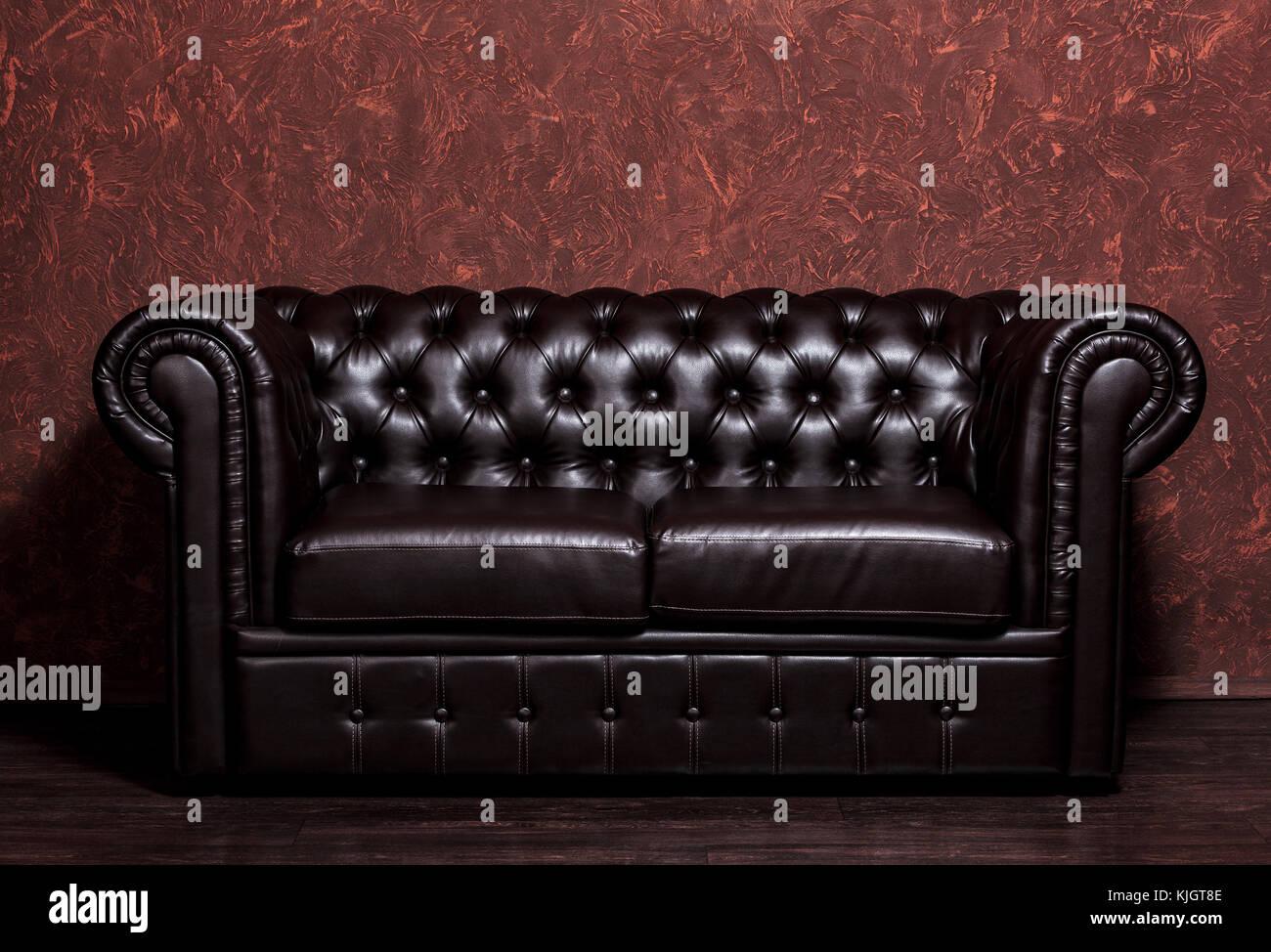 Divani Pelle Marrone Vintage : Vintage vecchio marrone scuro divano in pelle con grunge parete