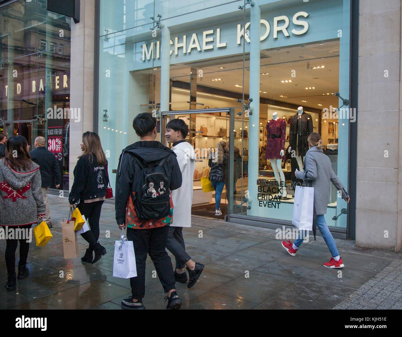 19d96a3bdb Persone che passano le vetrine del business retail negozi di moda nel  centro della citta'