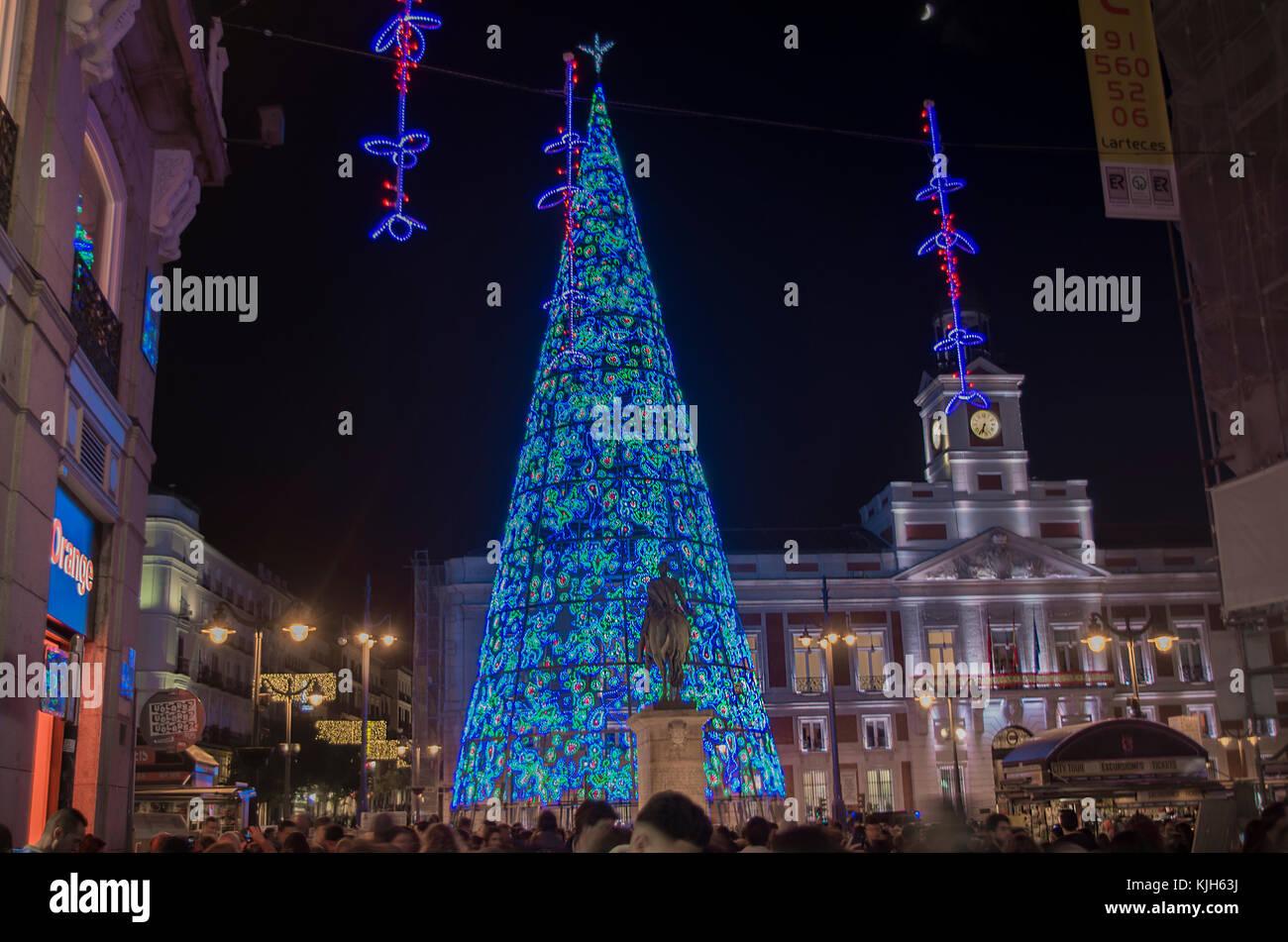 Madrid, Spagna. 24 Novembre, 2017. Madrid i cittadini riuniti in piazza Sol a testimoniare la tradizionale accensione Immagini Stock