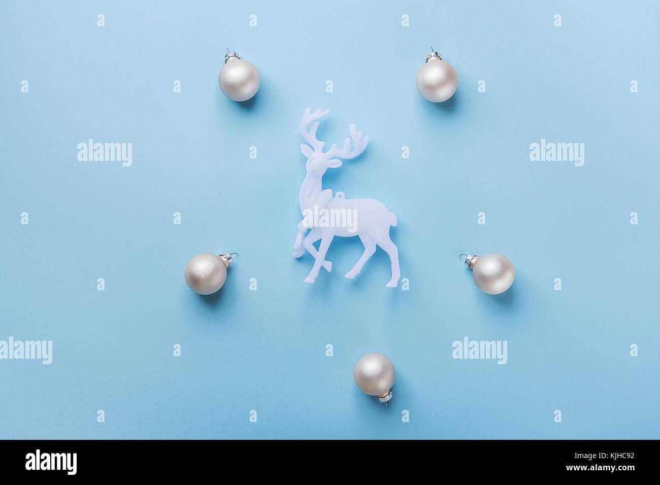 Elegante natale anno nuovo biglietto di auguri poster renne bianco argento sfere pattern su fondo azzurro. copia Immagini Stock