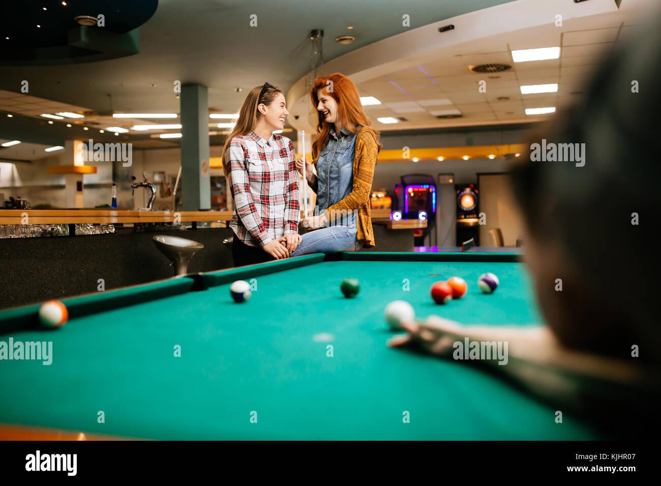 Snooker player finalizzati al tavolo da biliardo Foto & Immagine ...