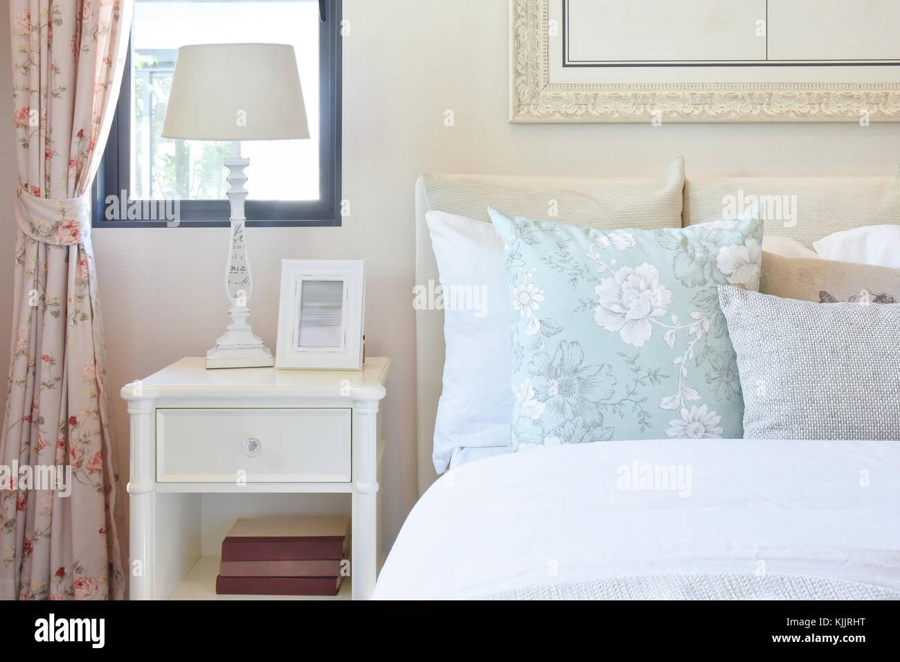 Camera da letto vintage interno con lampada da lettura e cornice