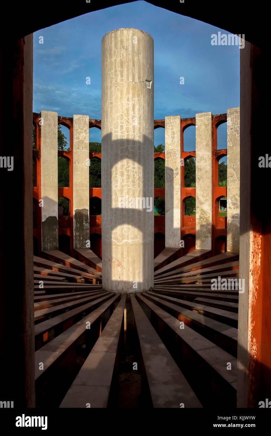 Situato a Delhi, Jantar Mantar consiste di 13 architettonico strumenti di astronomia. Il sito è uno dei cinque Immagini Stock