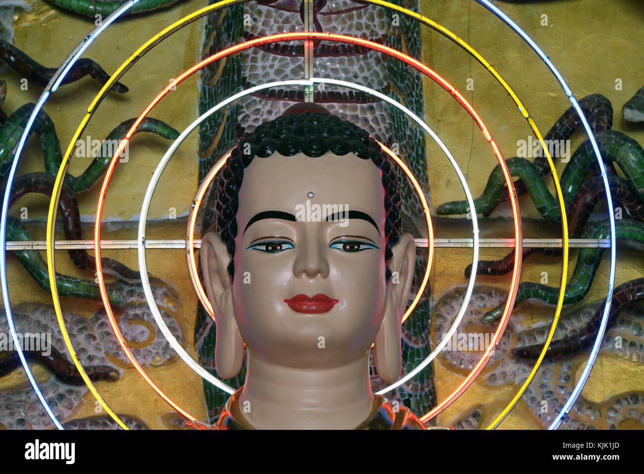 Van Hanh zen monastero buddista. Statua del Buddha con neon cerchi. Dalat. Il Vietnam. Immagini Stock