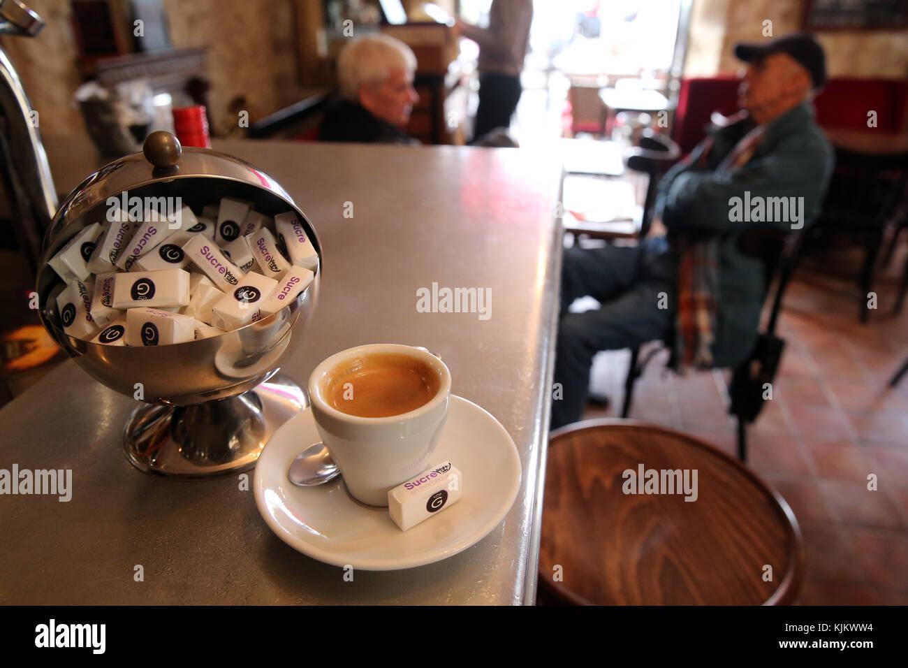 Tazza di caffè in un caffè di Parigi. La Francia. Immagini Stock
