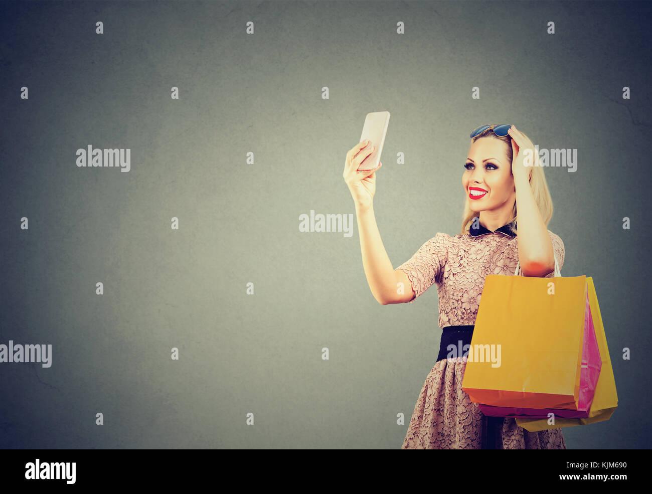 premium selection c9264 c8b36 Bella donna shopping online tenendo selfies sul telefono ...