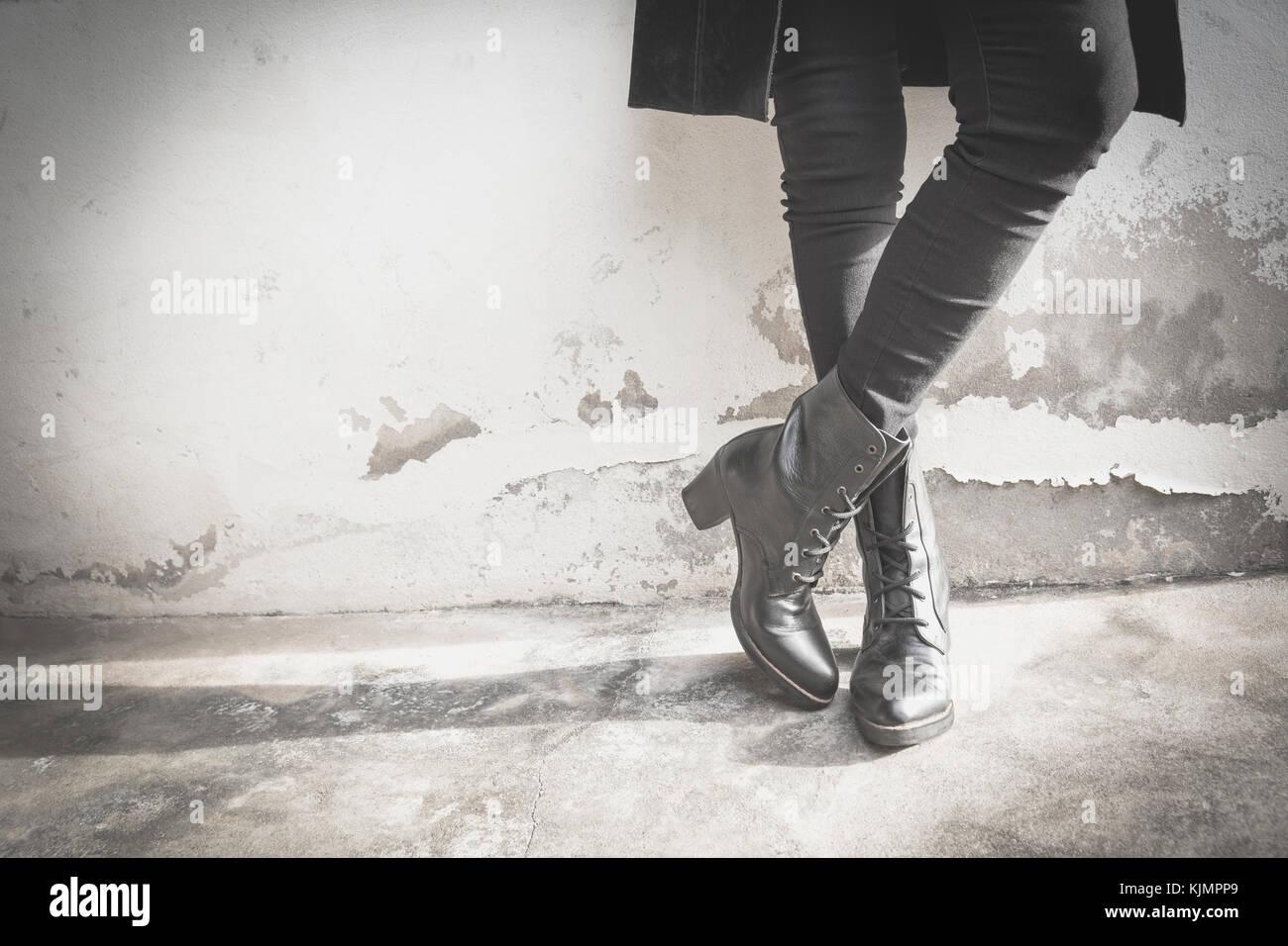 Una donna gambe indossando stivali neri con tacco alto