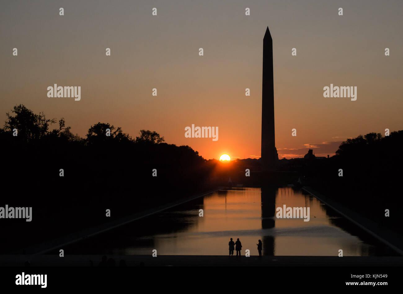 Il Monumento a Washington al tramonto, dawn, gli orari di alba e tramonto, twilight - la riflessione e la pace Immagini Stock