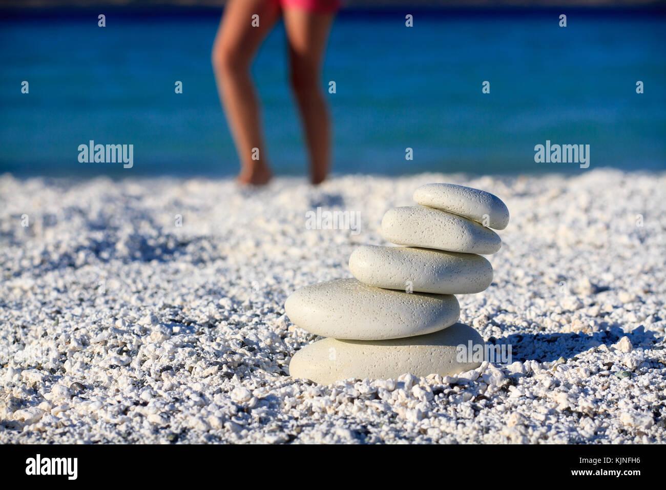 Il corpo di una bella ragazza in una meditazione sulla spiaggia Immagini Stock