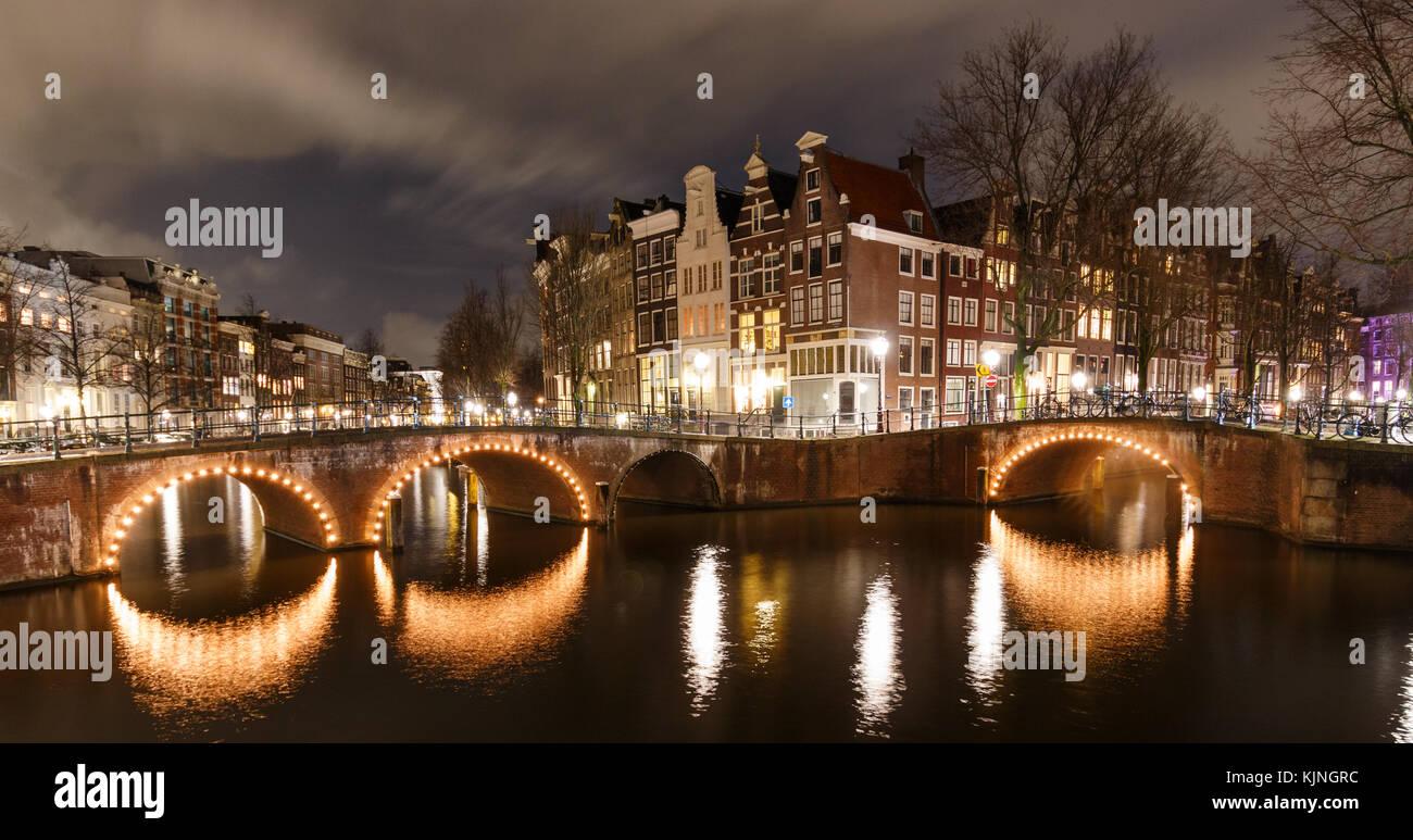 Bella scena notturna ad Amsterdam Keizersgracht e leidsegracht con ponti illuminati in inverno. Questo spot è una famosa foto-posizione. Foto Stock