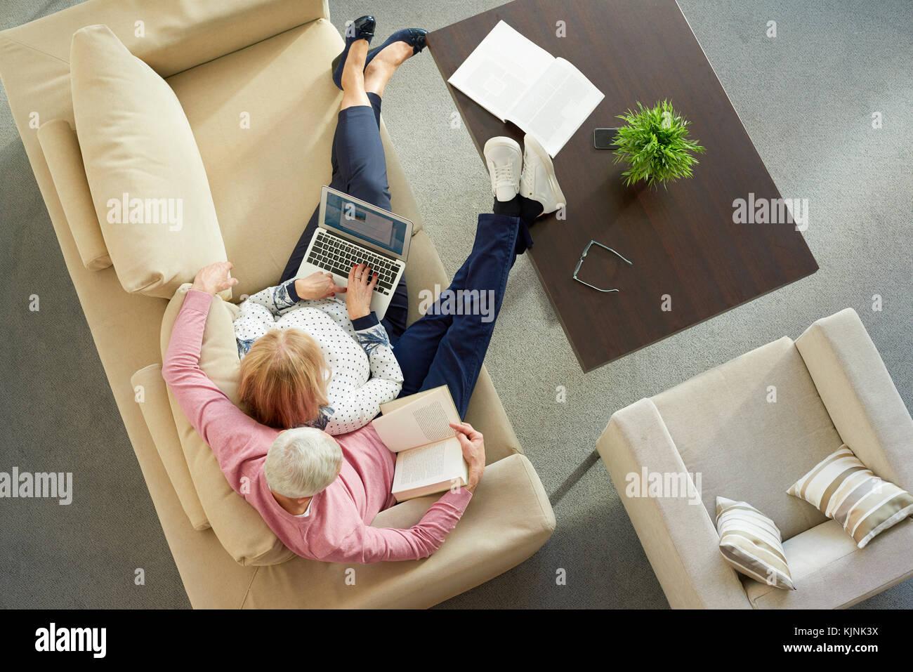 Alta angolazione di una coppia di anziani seduti a casa e rilassante