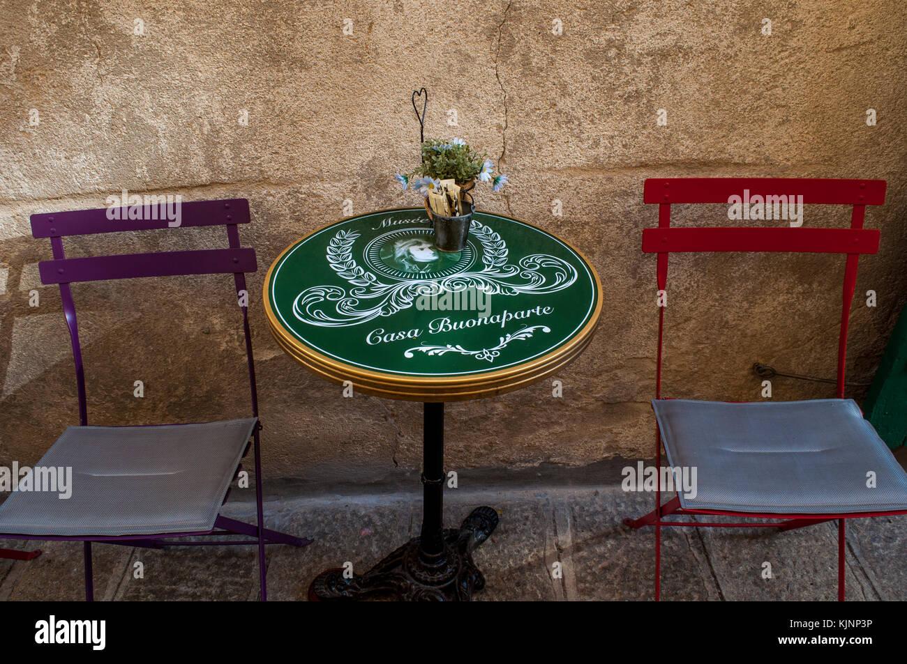 Corsica: tavolo e sedie del bar casa buonaparte al di fuori di ...