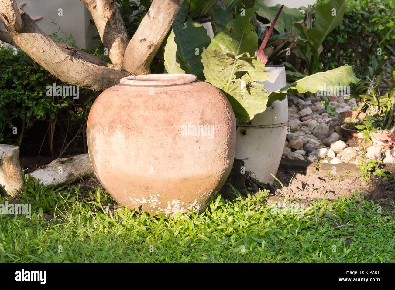 Vasi In Terracotta Per Giardino vaso di terracotta in giardino, acqua di terracotta jar