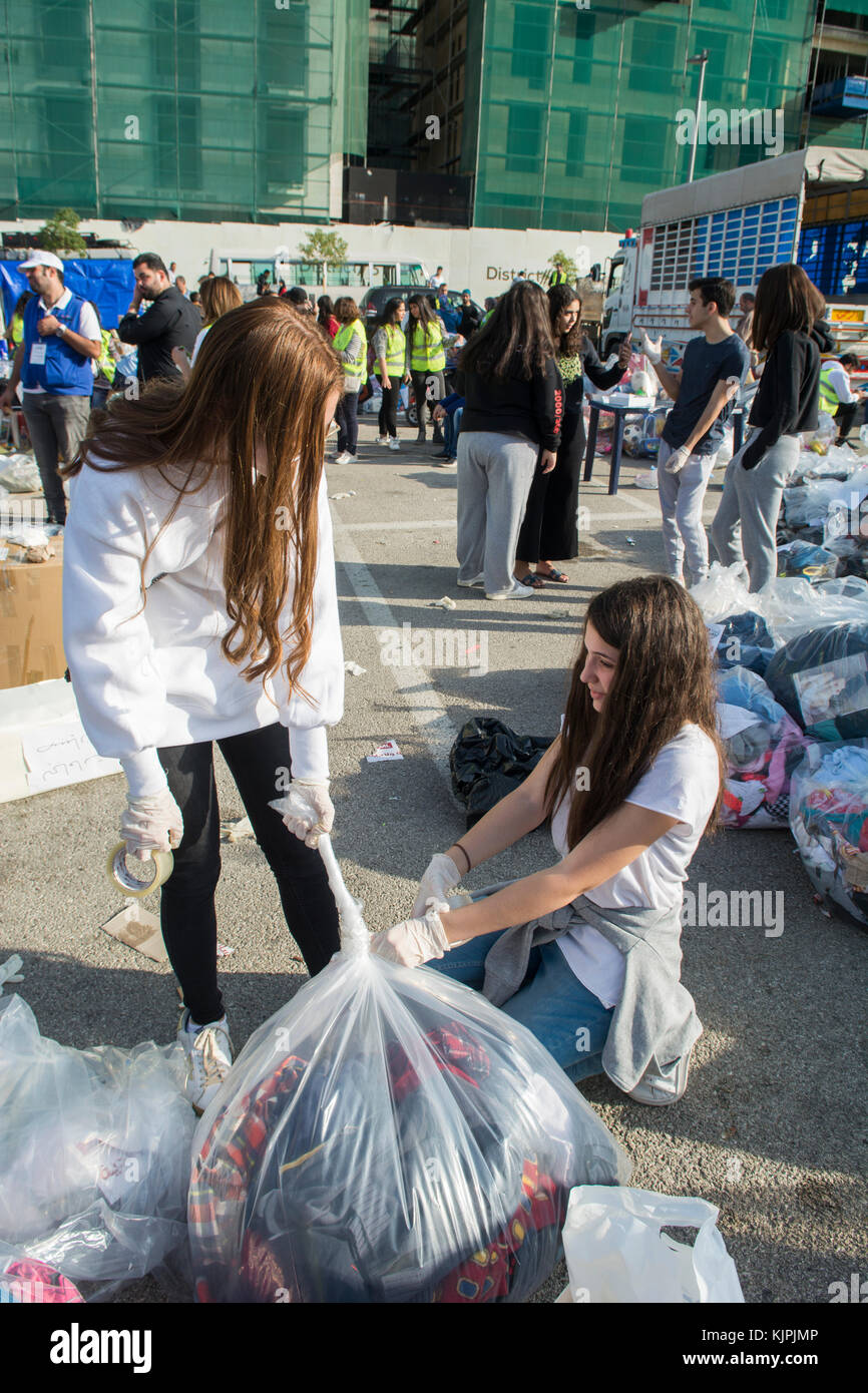 Marytrs' Square, Beirut, Libano, 26 Nov 2017, volontariato adolescenti ragazze che lavorano nella campagna della Immagini Stock