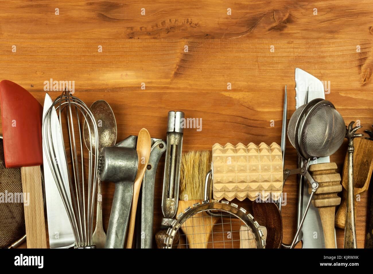 Vecchi utensili da cucina su una tavola di legno. Vendita di ...