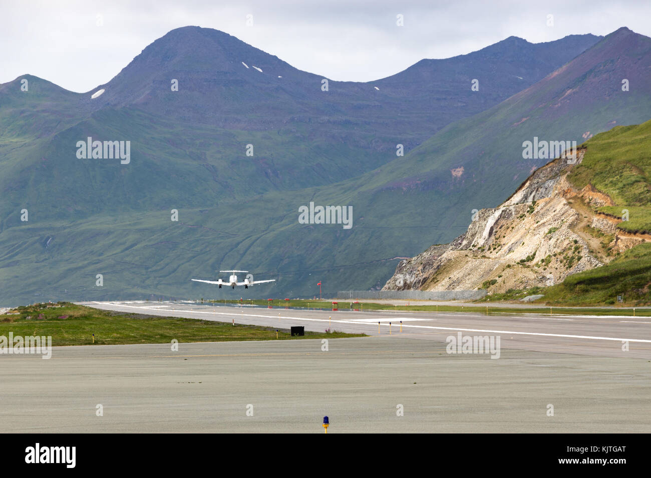 Harbor olandese, unalaska, Alaska, Stati Uniti d'America - agosto 14th, 2017: un aereo che decolla la pista Immagini Stock
