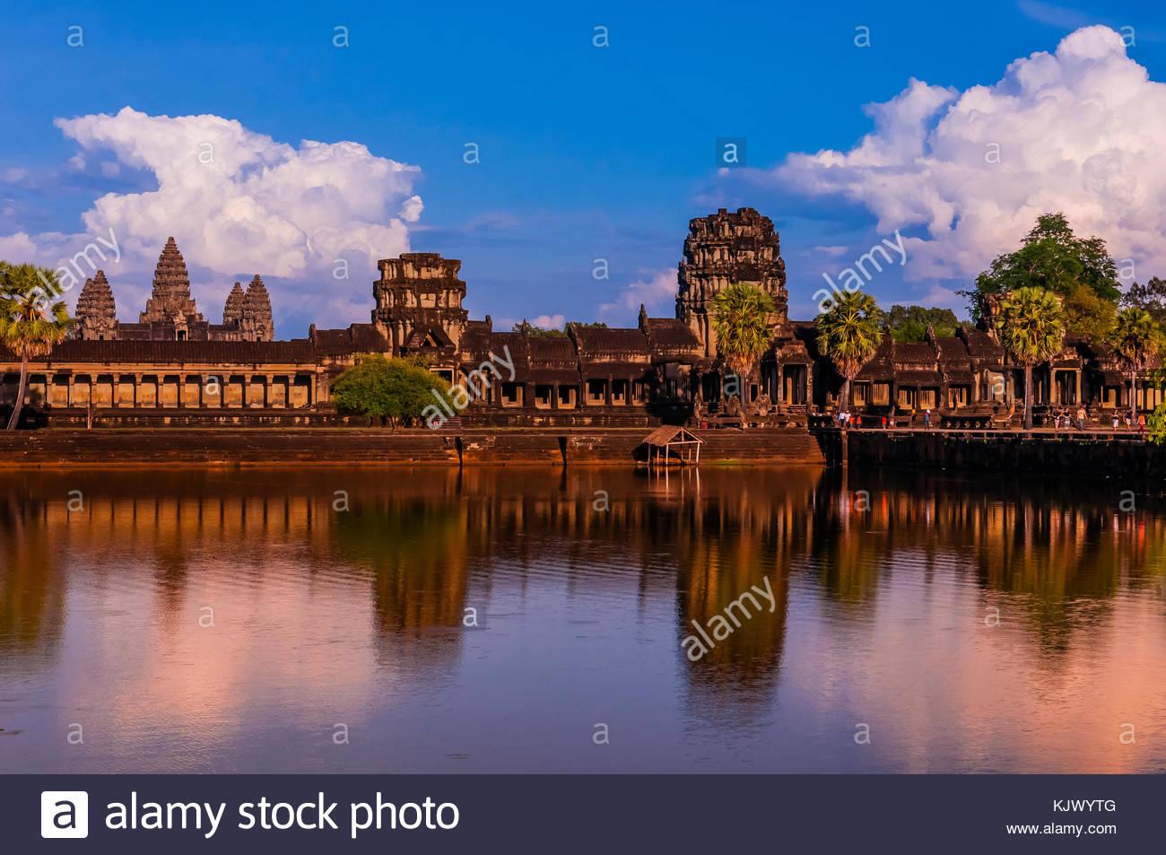 Vista di Angkor Wat con stagno. È il più grande monumento religioso nel mondo. Il suo nome significa città Immagini Stock