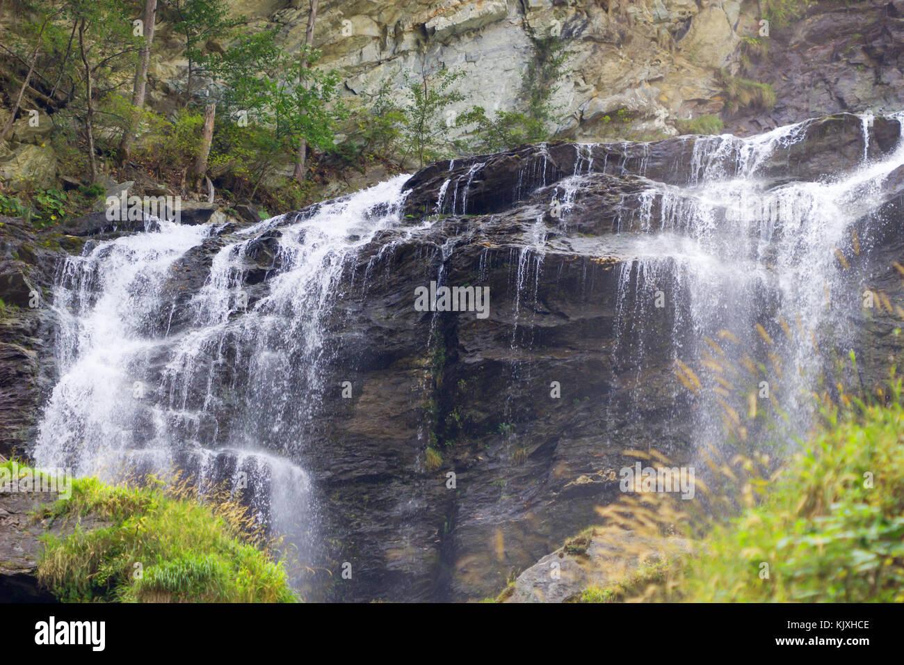 Cascata paesaggio di montagna, cascate nella giungla in sfondo naturale. Foto Stock