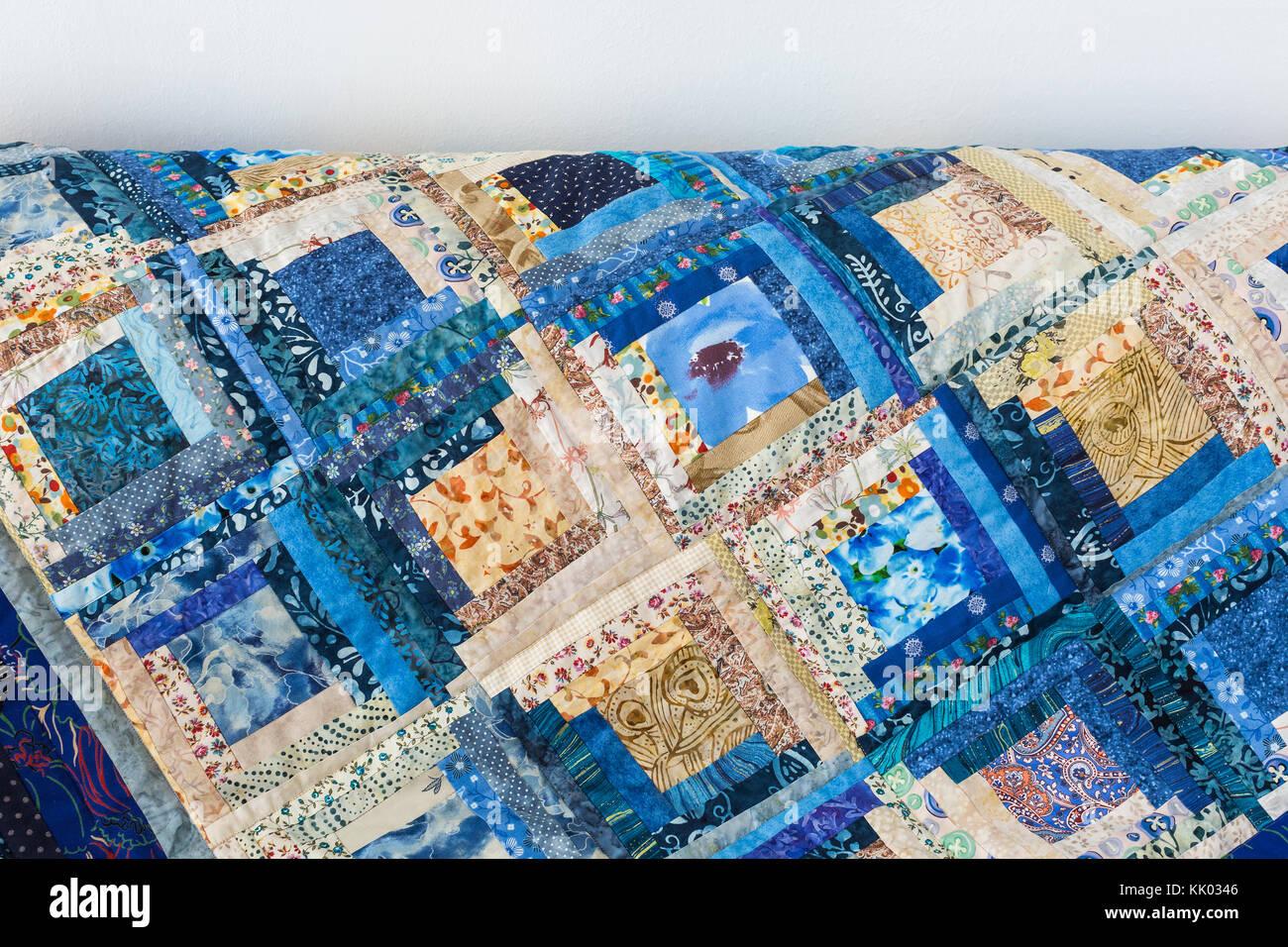 Hobby, tempo libero, trapuntatura, intimità domestica, sfondo, concetto di cucitura - blu brillante coltre Immagini Stock