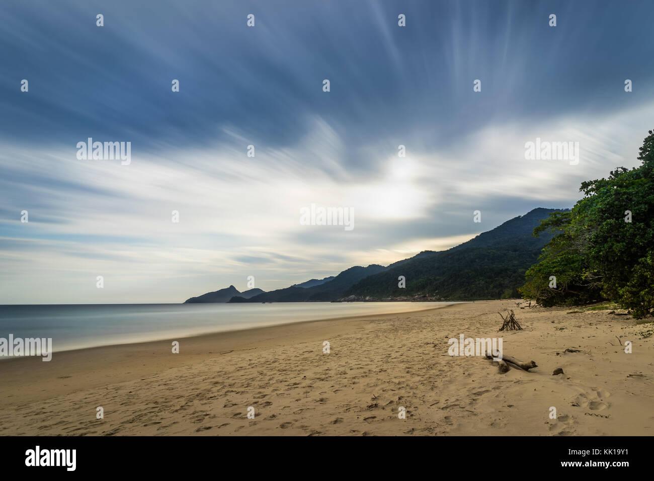 Foto scattata in Ilha Grande, Brasile Agosto 2017: una lunga esposizione Lopes Mendes Beach in Ilha Grande, a sud Immagini Stock