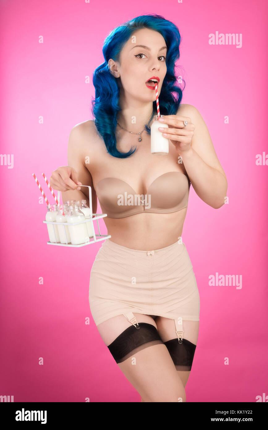 Cheeky vintage pin up girl con bottiglie di latte Immagini Stock