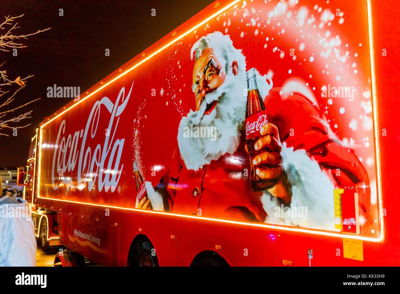 Coca Cola Babbo Natale.Natale Coca Cola Carrello A Notte Nel Regno Unito Tradizionale Raffigurante Santa Claus O Babbo Natale In Possesso Di Una Bottiglia Di Coca Cola Foto Stock Alamy