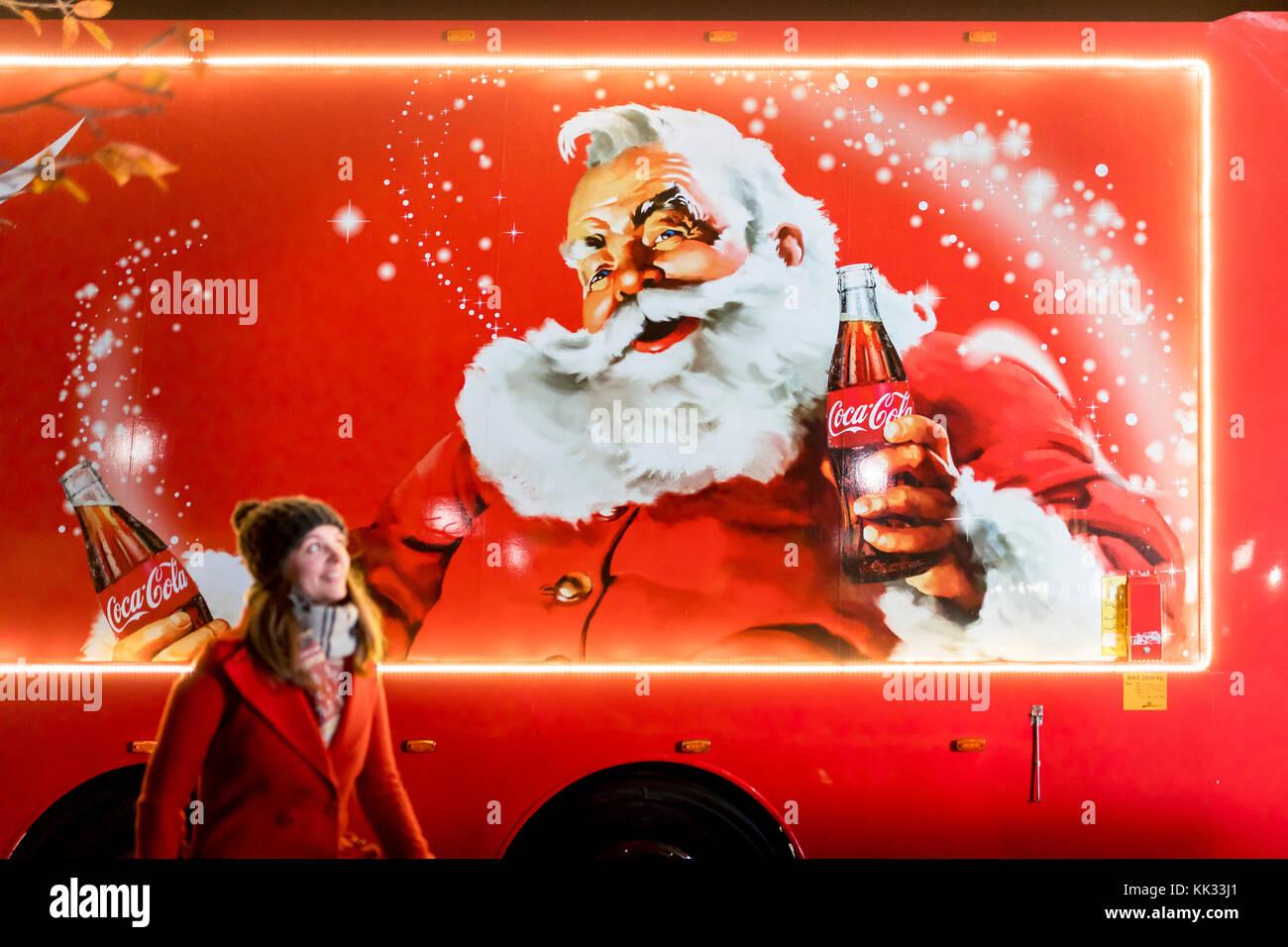 Coca Cola Babbo Natale.Donna Di Fronte A Natale Coca Cola Carrello Nel Regno Unito Tradizionale Raffigurante Santa Claus O Babbo Natale In Possesso Di Una Bottiglia Di Coca Cola Foto Stock Alamy