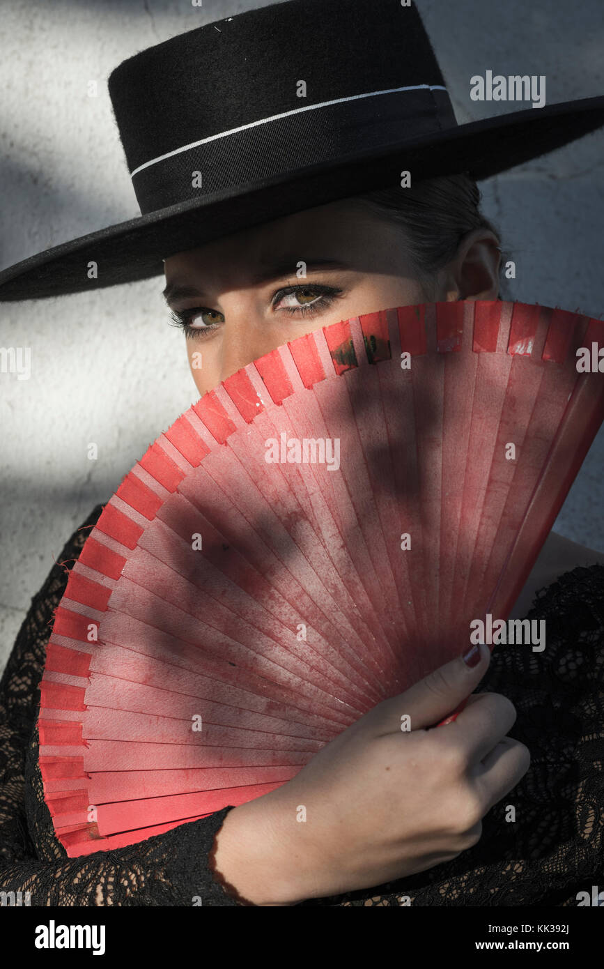 Donna spagnola tenendo un ventilatore. Immagini Stock