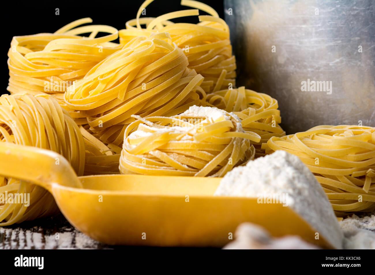 Pasta Fatta In Casa Su Un Sfondo Di Legno Foto Immagine Stock