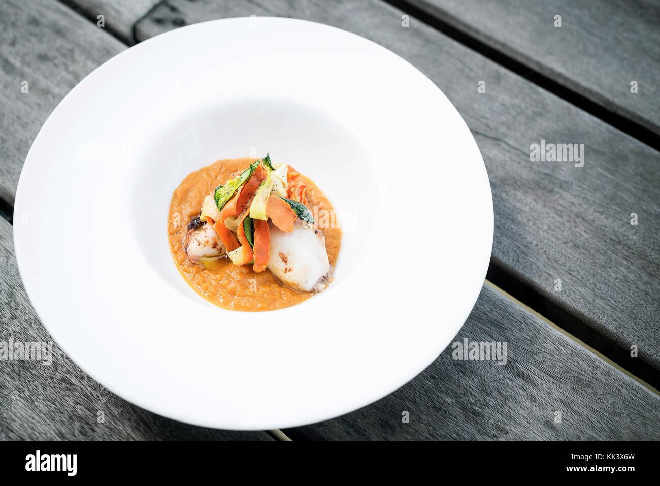 Gourmet calamari ripieni con Verdure piccanti di zucca purea di curry Foto Stock