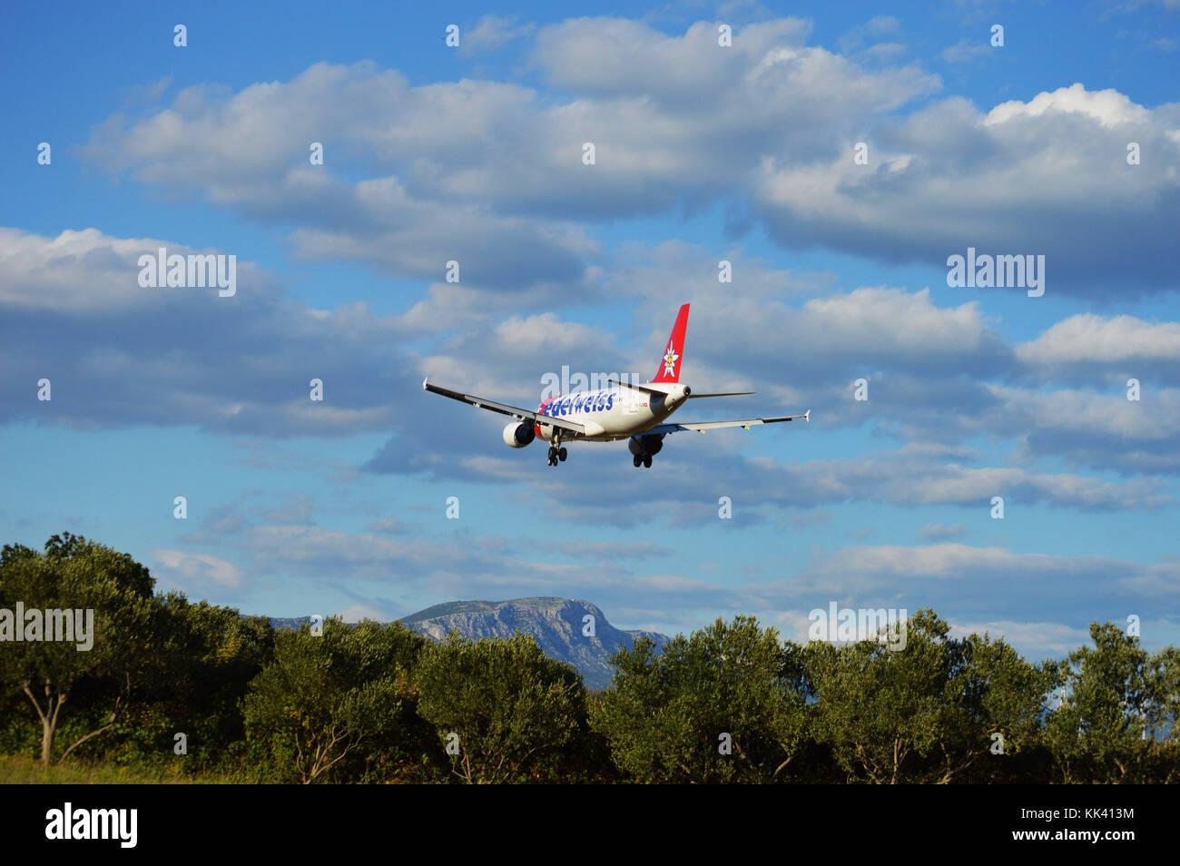 HB-IJV Edelweiss Airbus A320-214 di atterraggio su LDSP aeroporto di Split RWY 05, Kaštela Croazia Immagini Stock