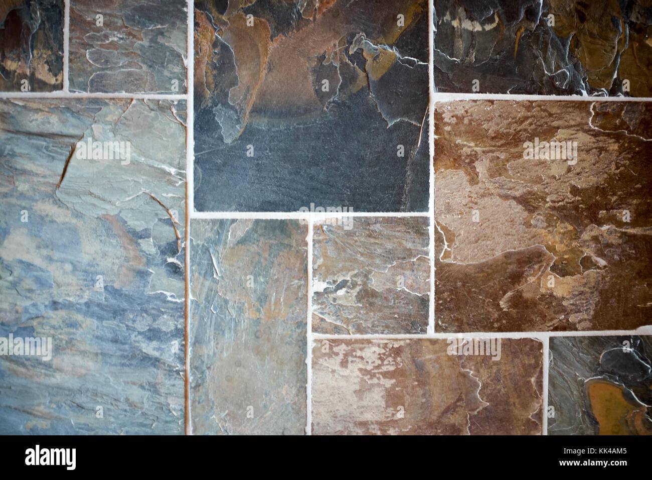 Lavori decorativi in pietra con colorate piastrelle di ardesia in