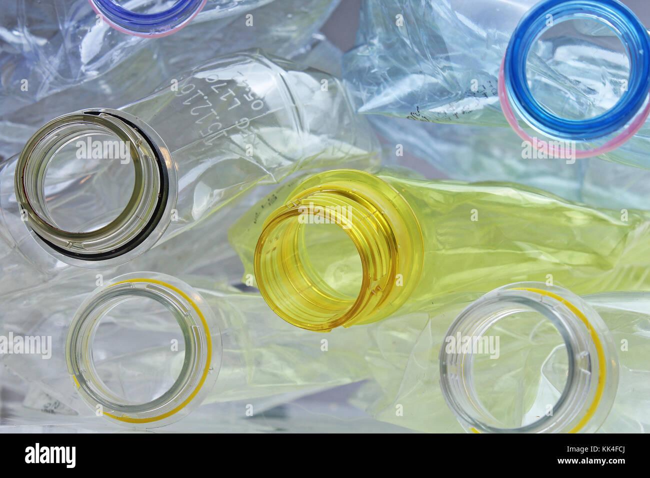 Bottiglie in polietilentereftalato PET pete talvolta può essere riciclato per riutilizzare il materiale di Immagini Stock