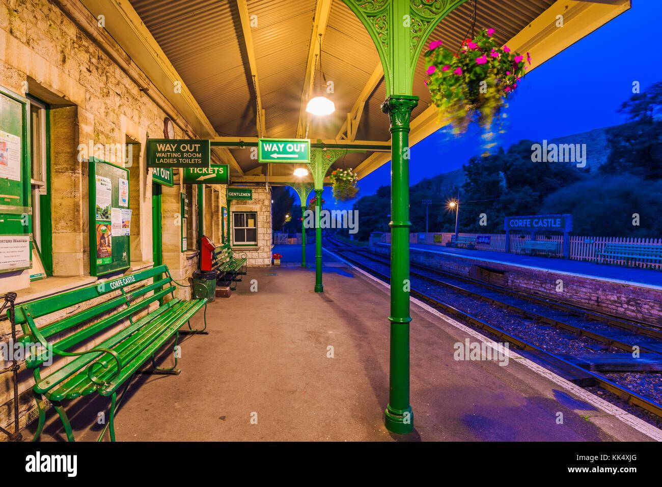 Corfe, Regno Unito - 08 settembre: questa è la piattaforma in attesa di corfe stazione ferroviaria che è Immagini Stock