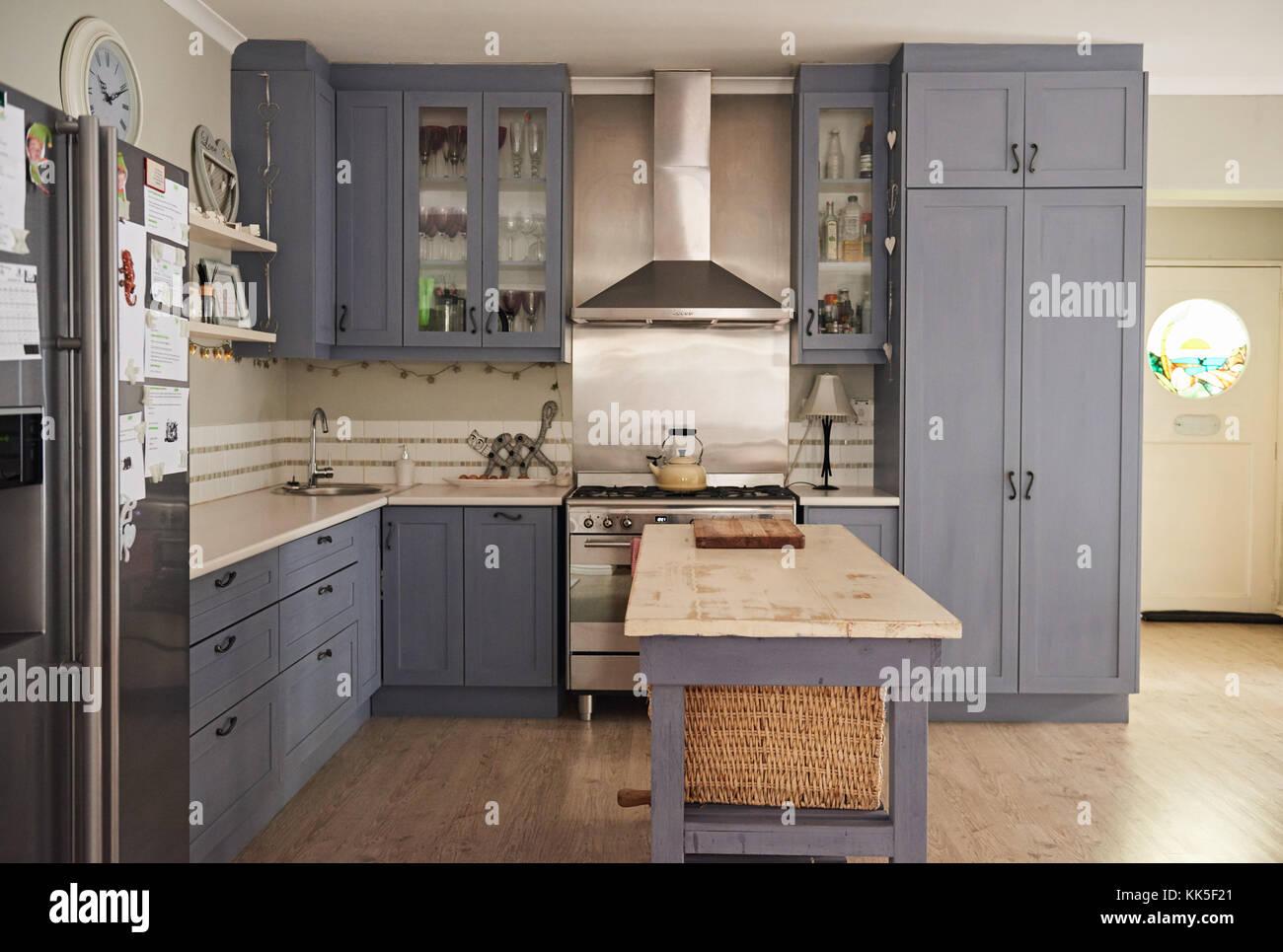In stile country cucina con elettrodomestici moderni in una casa ...