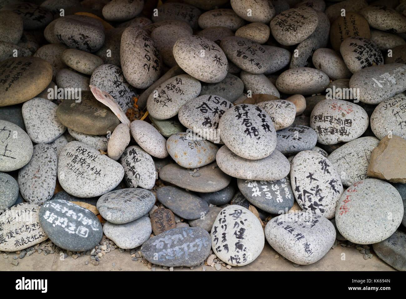Nagano, Giappone - 5 giugno 2017: tipo speciale di EMA, auguri e preghiere scritte su pietre ghiaia Immagini Stock