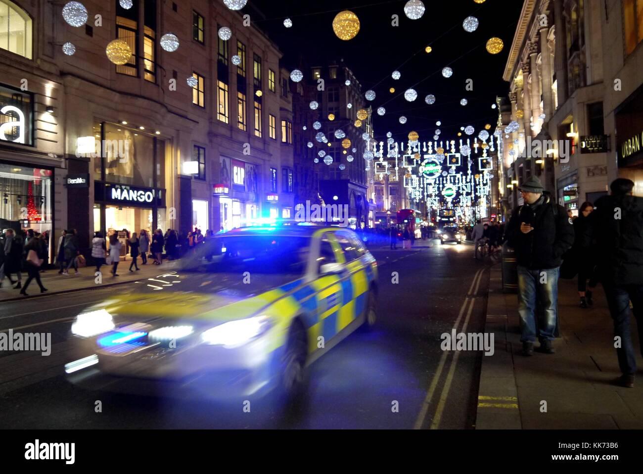 Oxford Street su Red Alert dopo Venerdì Nero spaventare, molti poliziotti pressence 28.11.2017 Immagini Stock