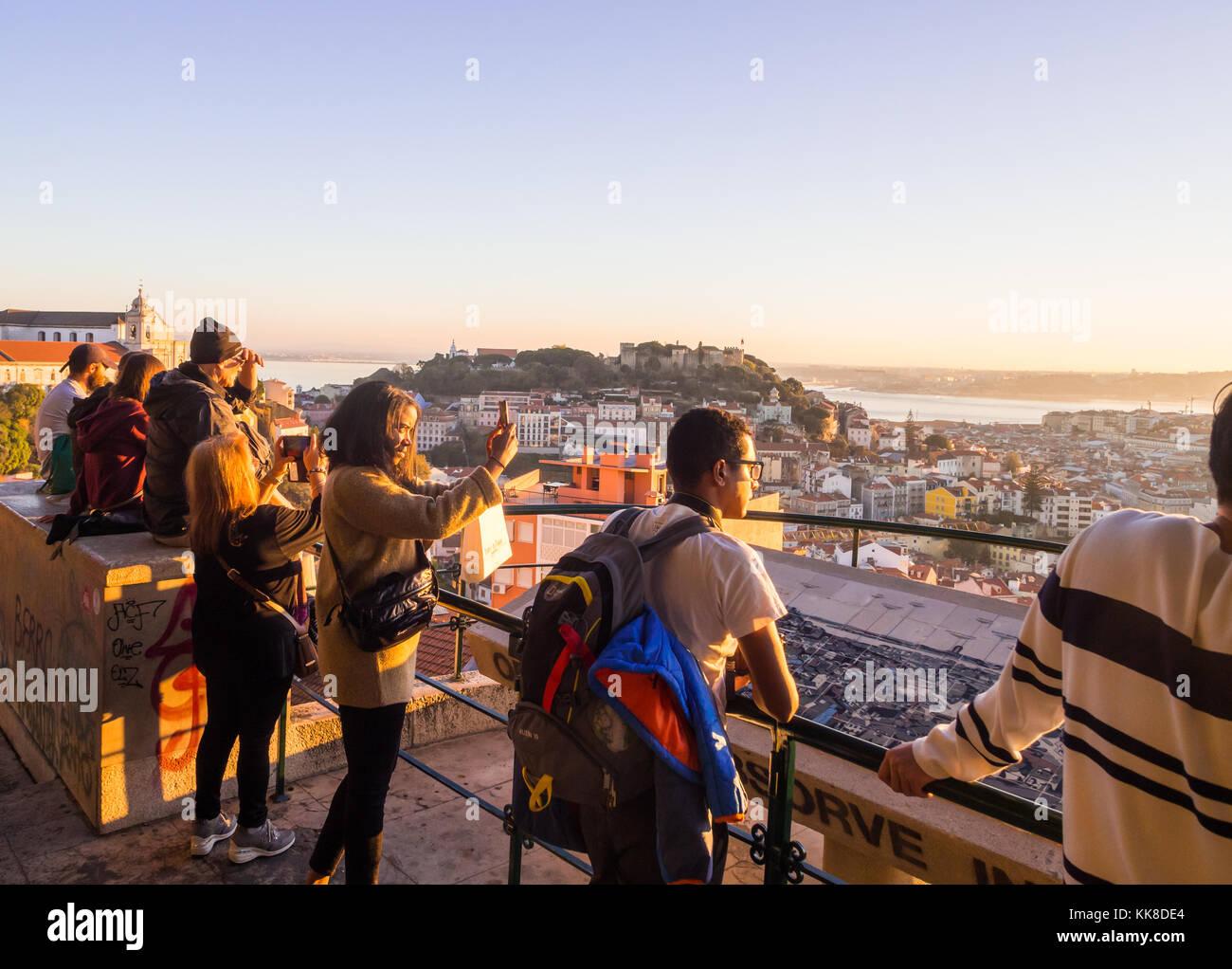 Lisbona, Portogallo - 19 novembre 2017: turisti al belvedere della Madonna del Colle Viewpoint, guardando il Cityscape Immagini Stock