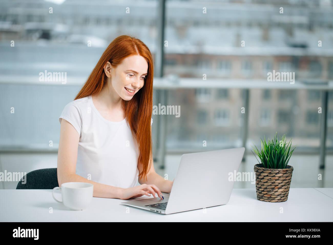Donna digitando su laptop al lavoro donna che lavorano in ufficio a casa la tastiera a mano Immagini Stock
