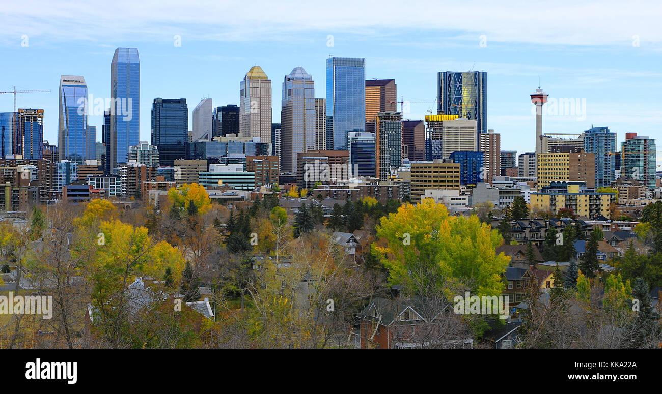 La Calgary, Canada city center con colorate Foglie di autunno Immagini Stock