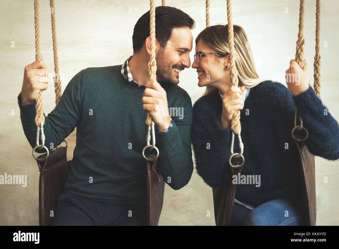 Felice coppia giovane sulla data nel coffee shop Immagini Stock