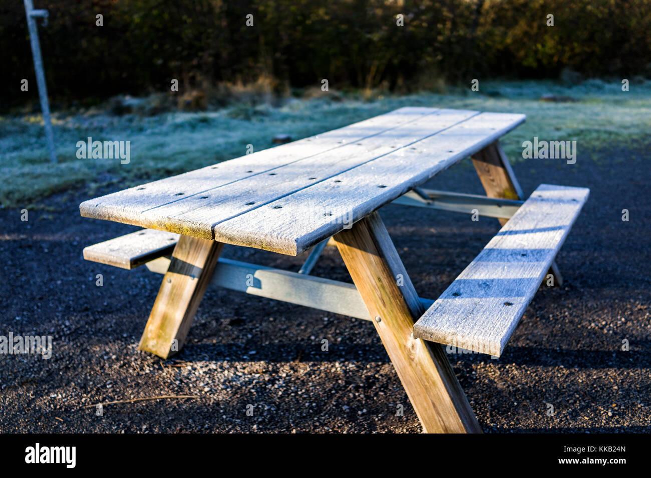 Frost white cristalli di ghiaccio su legno tavolo picnic - Tavolo pic nic legno ...