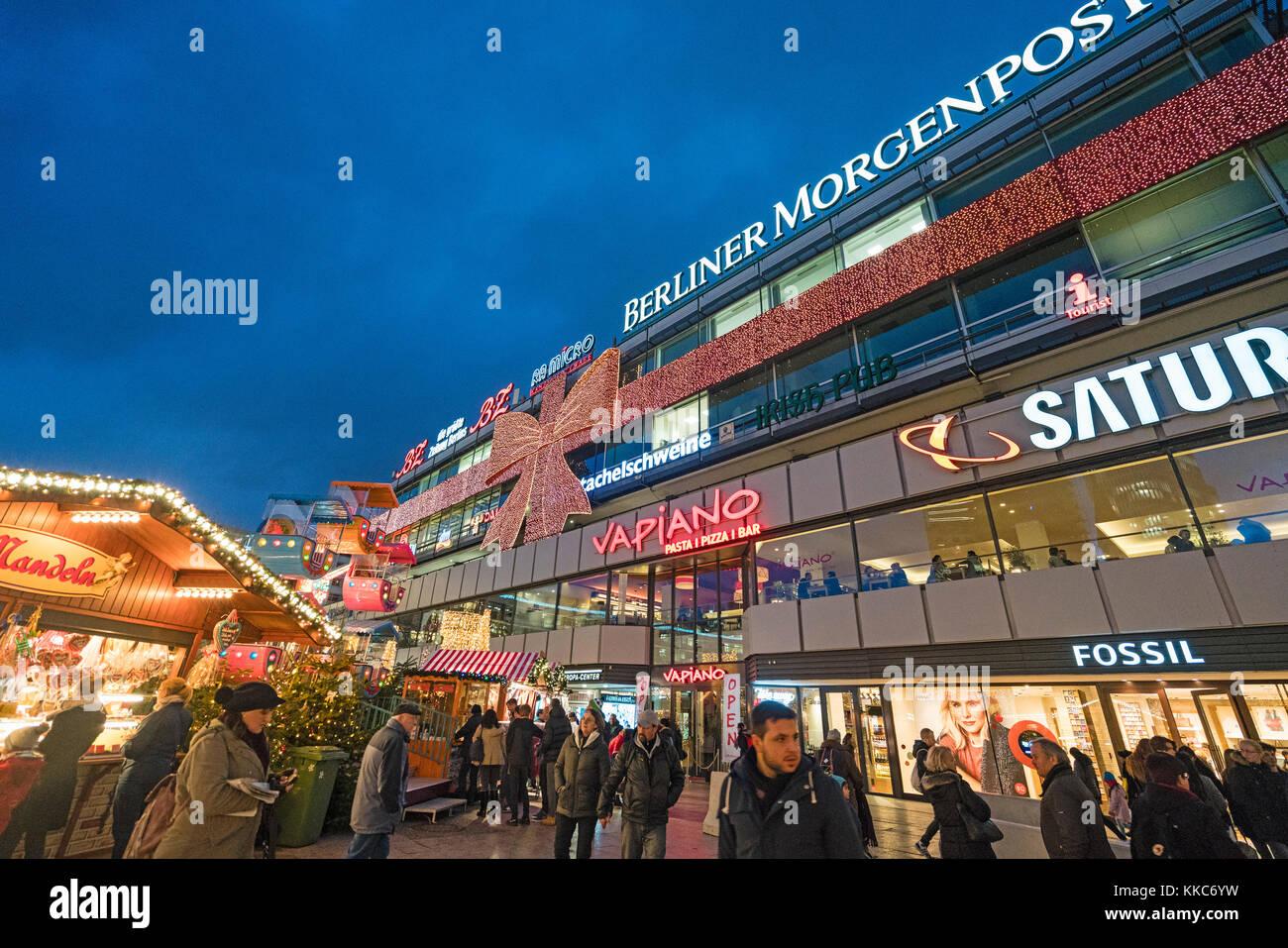 Tradizionale mercatino di Natale al di fuori dell' Europa Center a notte a breitscheidplatz nel 2017 a Berlino, Immagini Stock