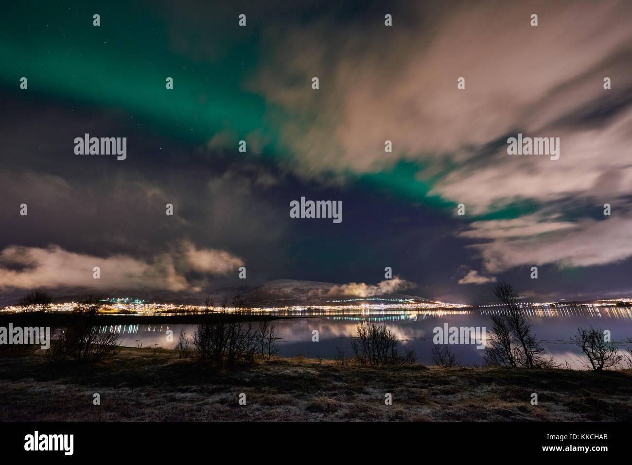Aurora Boreale o luci del nord oltre il paesaggio invernale di Tromso, Troms, Norvegia, Europa Foto Stock