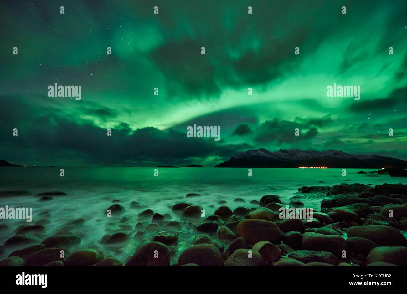 Aurora Boreale o luci del nord oltre il paesaggio invernale nel fiordo di Kaldfjord, Tromvik, Tromso, Troms, Norvegia, Foto Stock