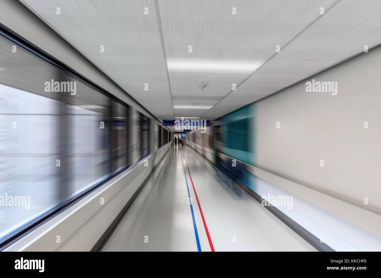 Lungo Il Corridoio In Inglese : Un lungo corridoio di un ospedale medico con l effetto di