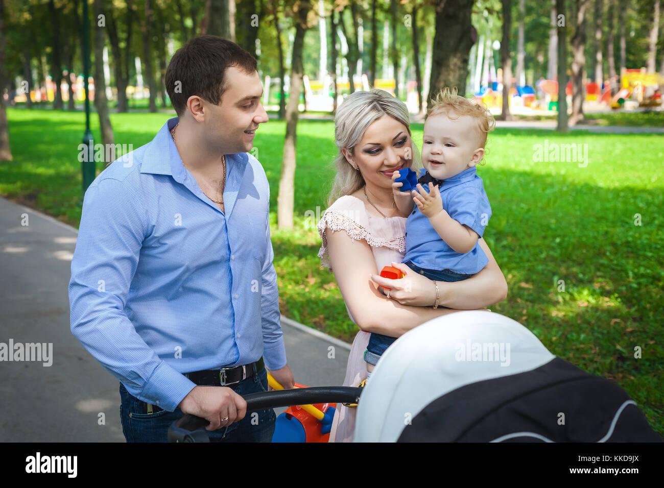 Bella famiglia passeggiate lungo i vicoli in posizione di parcheggio Immagini Stock
