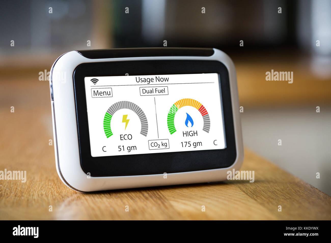 Energia nazionale Smart Meter su un piano di lavoro di una Cucina visualizzazione elettrici e a gas le emissioni Immagini Stock